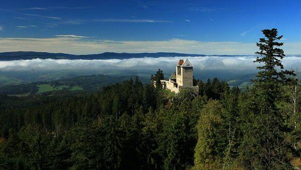 V dopoledních hodinách se okolí Kašperku na podzim často halí do bílé mlhy.