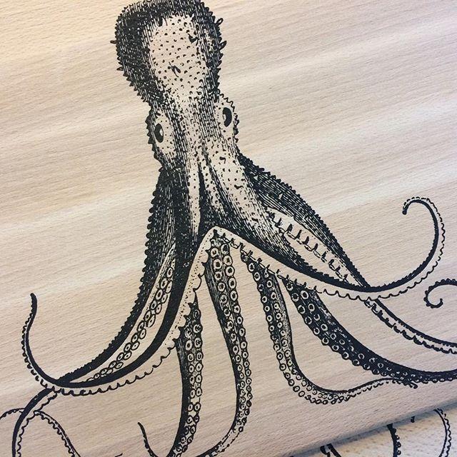 #NIEUW! 😍 #Lovely #snijplank met #octopus #illustratie! Je vind hem in de webshop ⏩ link in bio - - #zeefdruk #screenprint #silkscreen #musthave #wannahave #handgemaakt #keuken #eyecatcher #interieur #interieuraccessoires #abmlifeiscolorful #calledtobecreative #geschenkidee #vtwonen #stoerwonen #serveerplank #broodplank #cuttlefish #inktvis #kraken #eten #koken #kokenentafelen