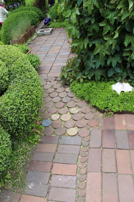 Jag bloggar från zon 2 sedan 2005. Här hittar du projekt i vår trädgård och många bilder.