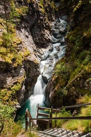 Gorner Gorge ze szlakiem turystycznym i rzeki poni ej Zdjęcie Seryjne