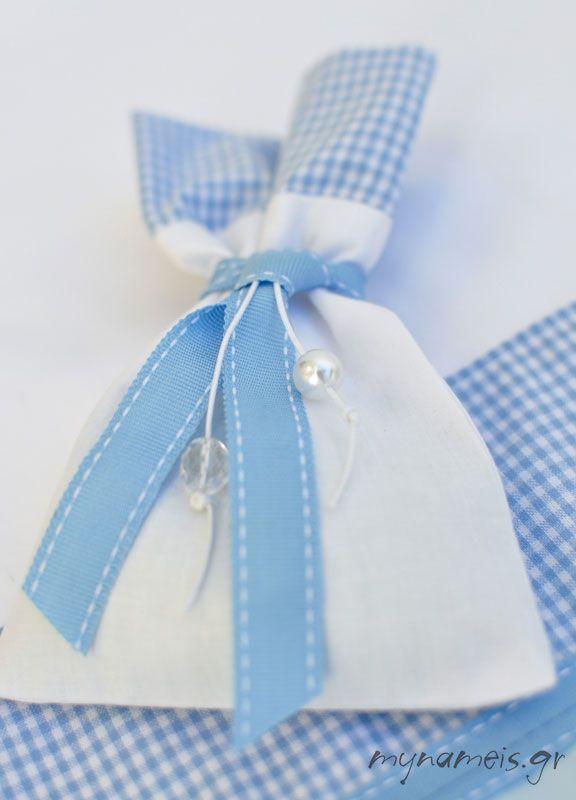 χειροποίητη μπομπονιέρα πουγκί σε λευκό γαλάζιο καρό, από τη 4kidsmom.