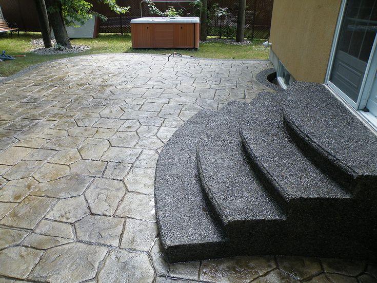 Des escaliers en béton avec agrégats exposés, voilà une bonne idée pour complémenter une térrasse en béton estampé!