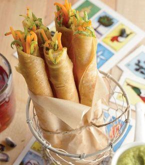 INGREDIENTES: 2 calabacitas cortadas en tiras delgadas 1 zanahoria cortada en tiras delgadas 3 cucharadas de perejil fresco picado 1 cucharadita de orégano seco 1/2 cebolla en julianas 1 taza de salsa roja o verde 1 taza de queso doble crema1 paquete de tortillas para flautas