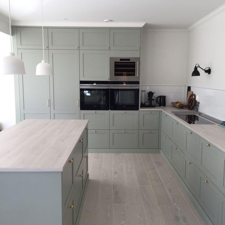 Köksluckorna och knoppar är från Järfälla kök, bänkskiva Marbodal, stommar IKEA