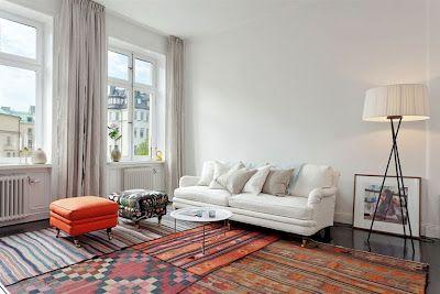 många mattor i hifi-rummet!!!   Ett separat tv-rum har fått vit soffa med ett lapptäcke av utlagda kelimer. Dessa kan man finna i olika prisklasser på nätauktioner, och är ...