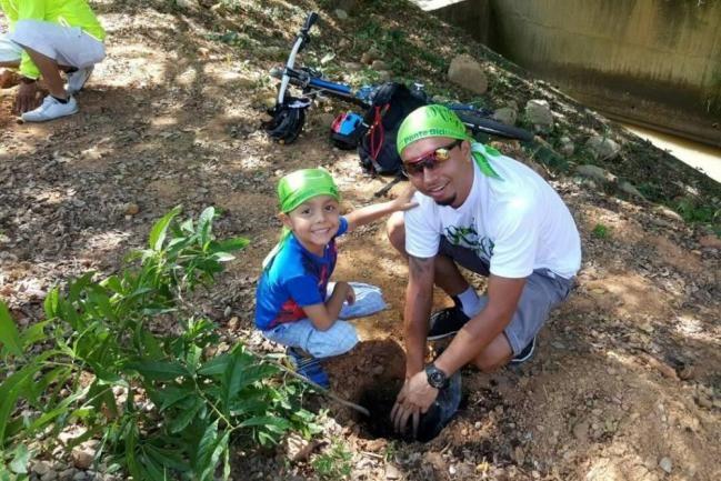 Ciclistas pedalearon en la ruta ambiental y sembraron árboles en Bucaramanga