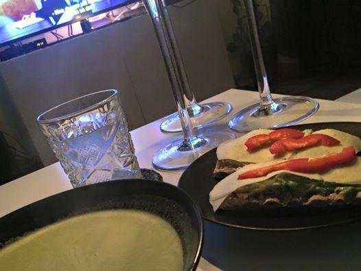 En fantastisk god broccolisoppa Mörka kvällar och tv kan det vararätt så mysigt att kosa ner sig i soffan med en varm och god soppa. Recept 4personer (krävs en stavmixer el matberedare) 2schalottenlök 2 potatisar 250 g broccoli 12 dl grönsaksbuljong (vatten och grönsaksfond eller tärning) 2 dl matlagningsgrädde 0,5-1 dl vitt vin salt och …
