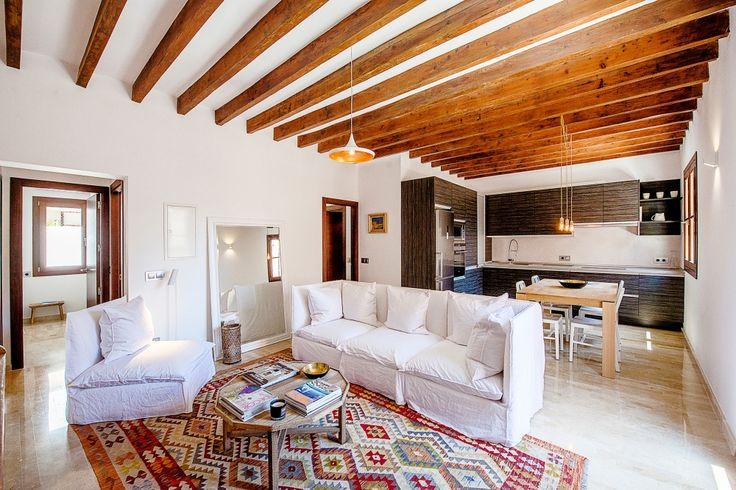 """Diese vollständig renovierte und geschmackvoll eingerichtete, helle Wohnung befindet sich im Zentrum von Palma de Mallorca, in der Nähe der Straße """"Las Ramblas"""". Die Aufteilung der Wohfläche von ca. 80 m² ist wie folgt: großzügiges Wohn- und Esszimmer mit französischem Balkon (ca. 5 m²) offene Küche, 3 Schlafzimmer (2 Doppelschlafzimmer, ein Einzelschlafzimmer) und 2 Badezimmer Preis 350.000 Euros"""