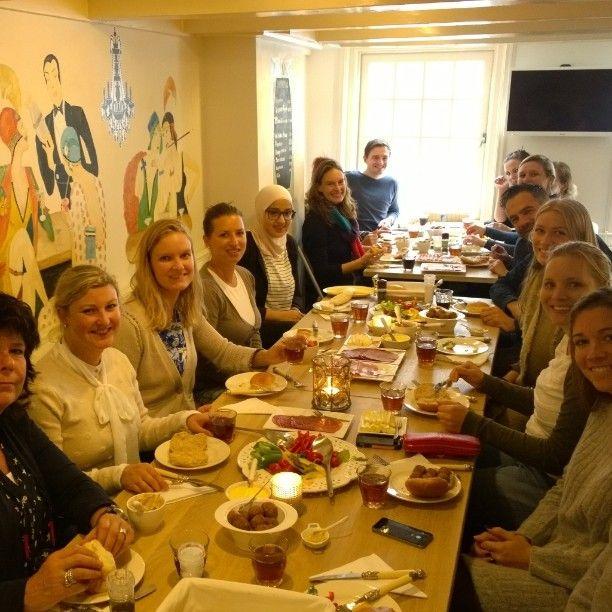 Vandaag heeft de Raad voor de Kinderbescherming een lunch met een schilderworkshop bij Atelier de Pleisterplaats geboekt. #rdvk #minvenj #denhaag #uitje #zuidholland # schilderworkshop #lunch #teamuitje ;#uitjesindenhaag #teambuildingsactiviteit #