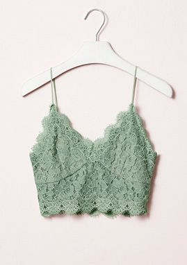 H&M præsenterer Spring Fashion. En kollektion med alt fra den blomstrede kjole og beige bluse til den grønne nederdel og kjolen med polkaprikker.