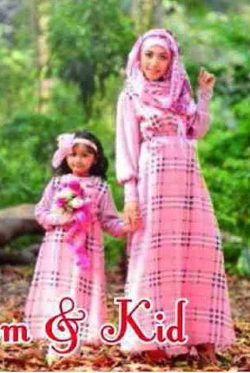 Mom Kids Burberry Bahan cotton Rayon Paris ( ibu dengan Pashmina )     warna gambar pink muda, warna sebenarnya PINK FANTA     Anak untuk 4-6 tahun     Ibu Fit L     Harga : Rp. 175.000,-/pasang     Kode Produk / Product Code : M4643