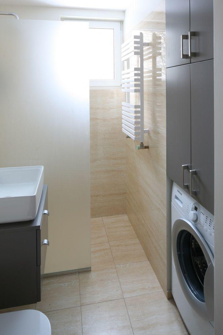 By łazience zmieściła się pralka, przebito fragment ściany na wnękę. Projekt: Katarzyna Karpińska-Piechowska. Fot. Bartosz Jarosz.