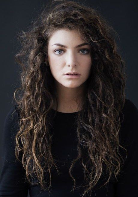 Lorde – peinado rizado natural largo