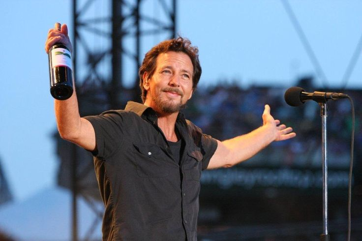 Pearl Jam's Eddie Vedder stops show to chew out disrespectful concert-goes