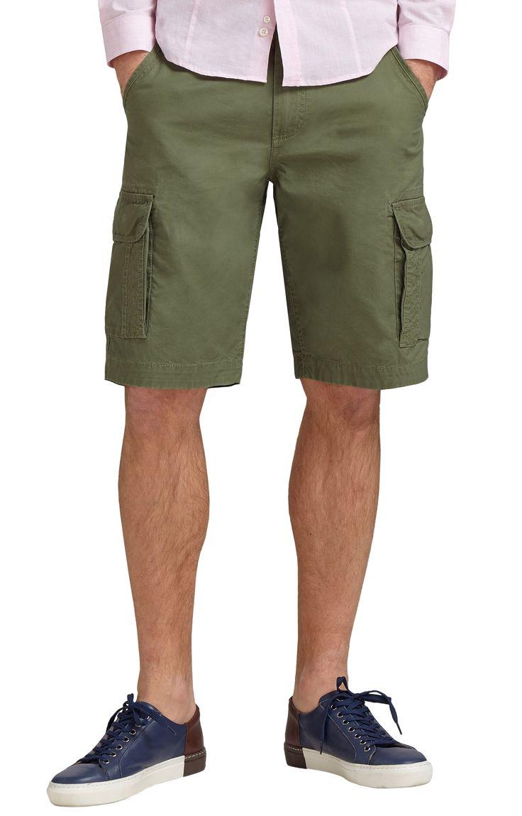 Szorty męskie w kolorze mdłej zieleni.