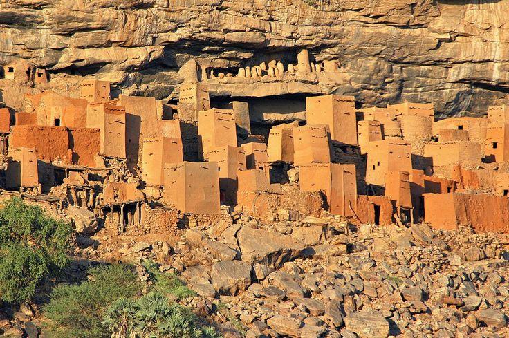 Нагорье Бандиагара (земля догонов), Мали / Cliff of Bandiagara (Land of the Dogons), Mali  Это обрывистое плато с уникальной архитектурой. Здесь есть жилища, зернохранилища, алтари из песчаника. В настоящий момент населена догонами.