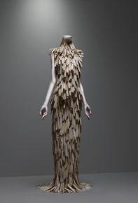 alexander mcqueen - Collection beauty savage  Le matériel utilisé pour faire cette robe donne un aspect brut , le bois taillé apporte un aspect rustique . Elle s'accorde bien avec l'art primitif
