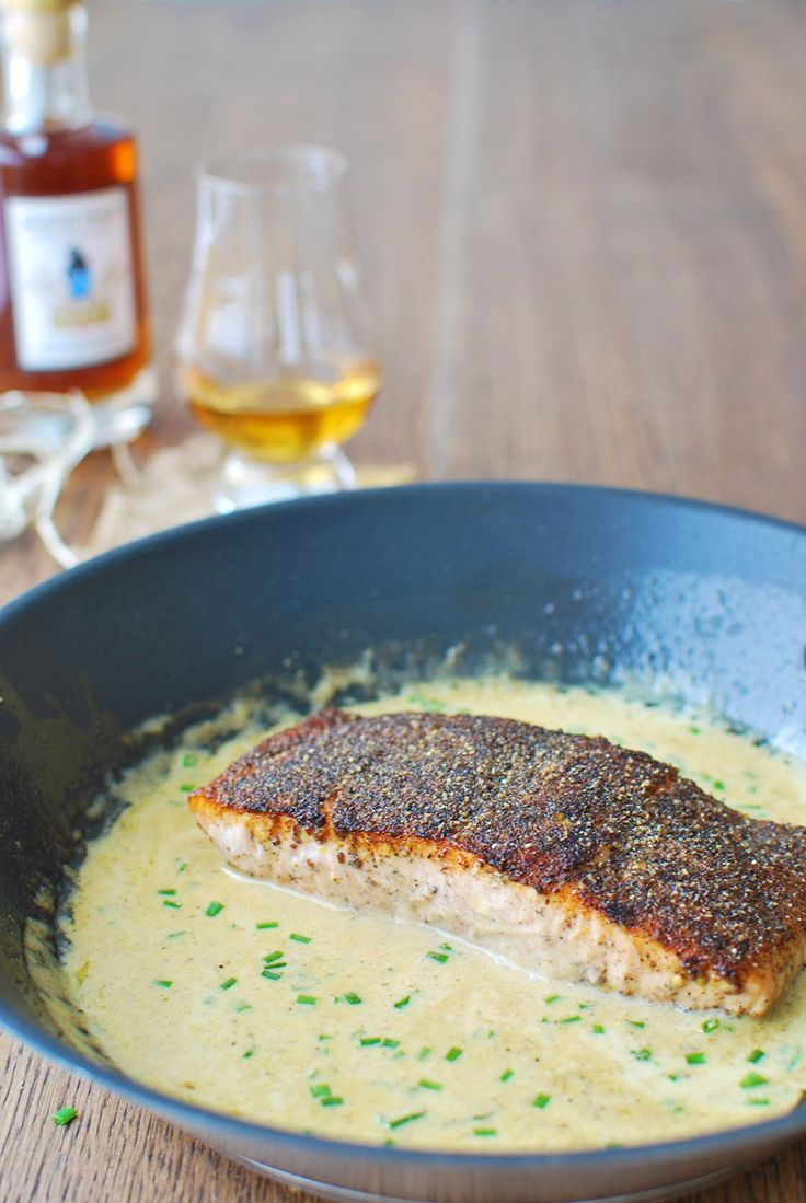 This delicately cooked salmon is packed with a peppery punch and covered in a smooth, creamy sauce that ticks all the right yummy boxes! | emnzest.com