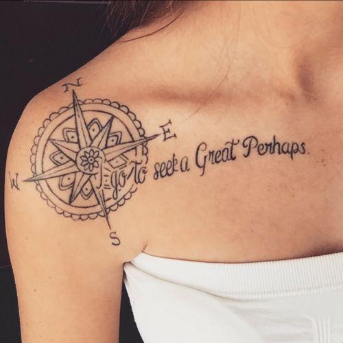 Pequeño tatuaje de la rosa de los vientos seguido de la frase 'I go to seek a Great Perhaps', frase en inglés que significa 'Voy a buscar un gran quizás' en el hombro de Chaylee.