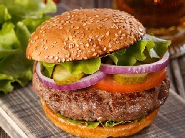 Классический бургер   Котлета:  1 кг говядины 1 желток соль, перец - по вкусу мускатный орех — 1 пачка молотого или 1 орешек.  Соус:  Майонез — 300 г. Кетчуп или соус с перцем чили — 1 ст.л.  Приятного аппетита👌