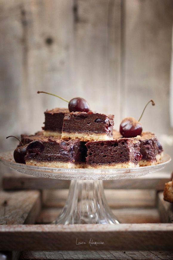 Prajitura cu cirese si crema de ciocolata. Ingrediente aluat prajitura. Ingrediente crema de ciocolata. Preparare prajitura cu cirese.
