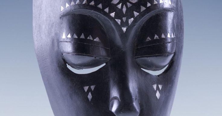 ¿Cuál es el significado de las máscaras en el arte africano?. Las máscaras en muchas culturas alrededor del mundo tienen un significado profundo. Aunque en los Estados Unidos una máscara es principalmente un accesorio de entretenimiento para Halloween o frívolas fiestas de disfraces, en otras culturas, como en las tribus de África, una máscara es un vínculo con lo divino. Desde el inicio de la historia, las ...
