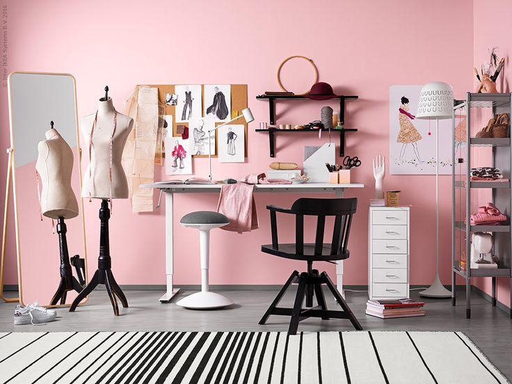 SKARSTA skrivbord är höj och sänkbart, HELMER lådhurts, IKORNNES golvspegel i ask, HINDÖ växthus/skåp, FEODOR arbetsstol, med armstöd, IKEA PS 2014 golvlampa, EKBY HEMNES/EKBY VALTER vägghylla, RISTINGE matta slätvävd.