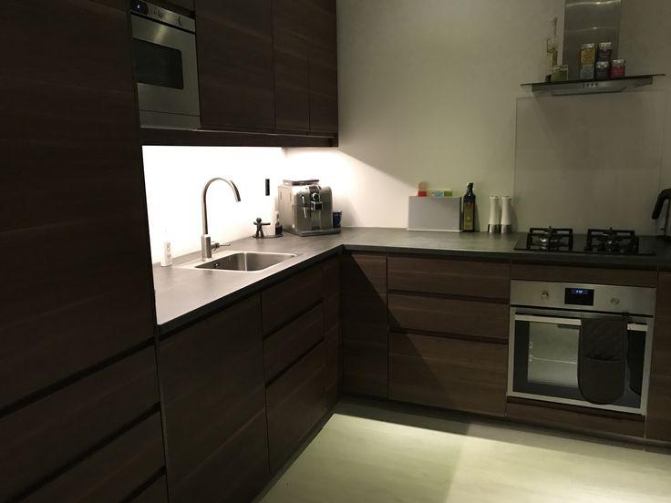 Keuken modern IKEA walnoot hout beton blad