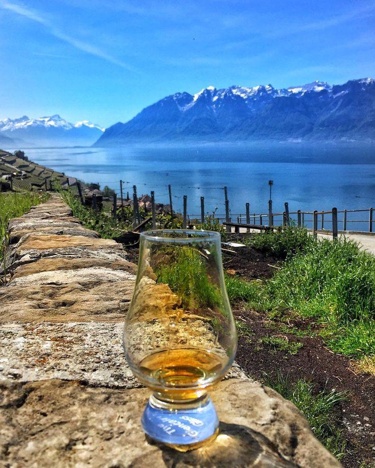 Manzara İskoçya Highland göllerini hatırlatsa da bu fotoğrafımda Chapter 7 kadehim Cenevre Gölünün kıyısında karlı dağları seyre dalmış This looks like a loch in Scottish Highlands however my Chapter 7 glass is enjoying the view of beautiful Swiss mountains by the Lake Geneva @burkay_adalig @whiskywithaview  #viski #whisky #whiskey #singlemalt #bourbon #burbon #scotch #scotland #viskitadimi #maltingunu #meleklerinpayi #whiskyporn #whiskylove #whiskygram #InstaLike #InstaDram #whiskytasting…