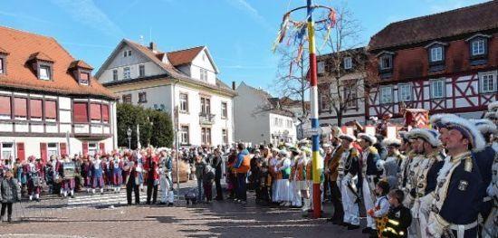 Fastnacht in Lorsch: Angriff mit Konfetti und Gesang http://www.morgenweb.de/region/bergstrasser-anzeiger/lorsch/angriff-mit-konfetti-und-gesang-1.3172862