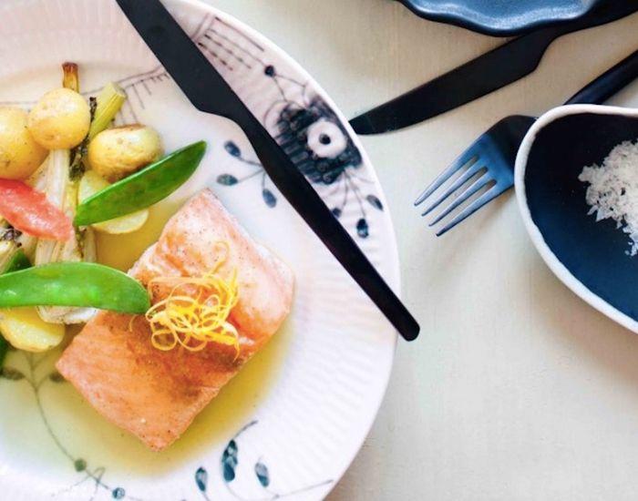 Forkæl dine gæster med saftig ovnbagt laks der serveres med fennikel, sukkerærter og en syrlig smørsauce af citrusfrugter. En perfekt afstemt hovedret!