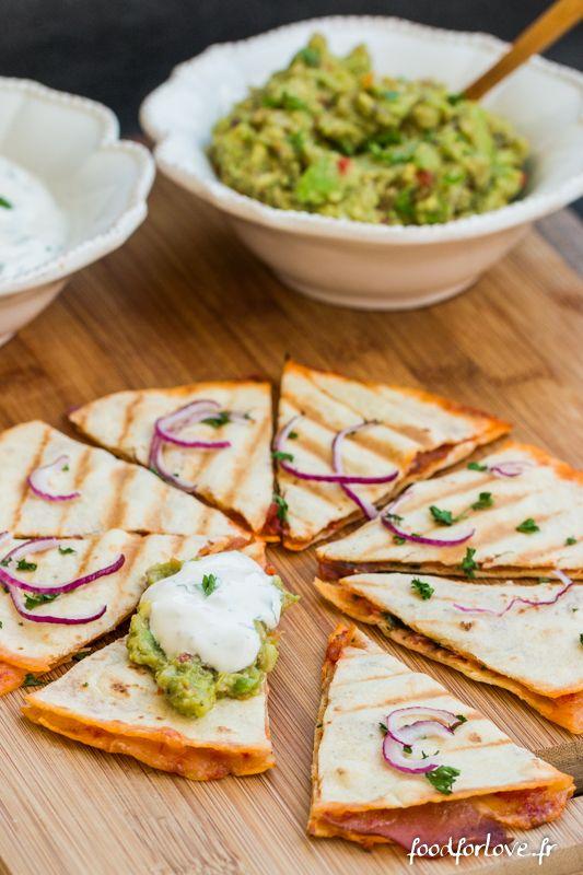 Quesadillas - tortillas de mais - concentré de tomate - huile d'olive - tabasco  - piment de Cayenne - oignons rouge - coriandre - cheddar rappé