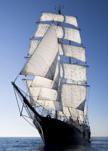 Situé à Monaco, le Signora Del Vento est un voilier de trois mats qui abrite une surface de plus de 3.000m².