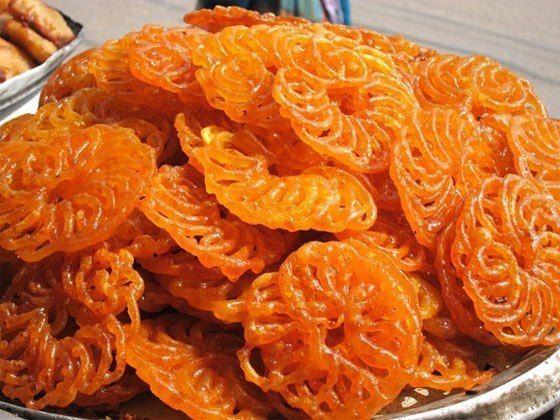 Джалеби — одна из самых популярных сладостей в Индии, представляет собой невероятно вкусное, совершенно необычное, хрустящее и необыкновенно красивое лакомство.