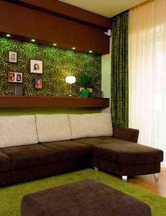 A tapéta és a függöny organikus mintája és zöld színe a legmarkánsabb hangulati elem a lakásban