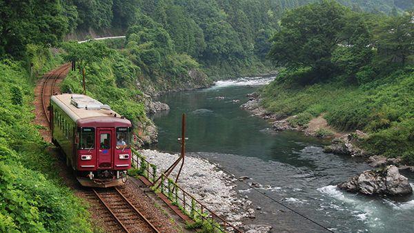 岐阜県 長良川鉄道 長良川の清流に沿って走るローカル列車。季節ごとに運航される個性豊かな企画列車が観光客を楽しませると共に、現在も地元の人々の大切な足として利用される。