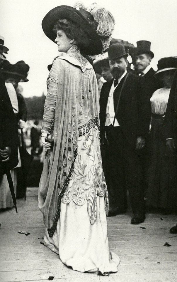 "edwardian-time-machine:  A fashionable woman at the races in 1909. Scanned from the book ""The Mechanical Smile"" by Caroline Evans Source"
