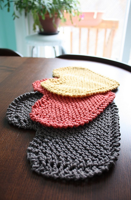 Looks as thought these Heart-shaped dishcloths are knit in Garter stitch! (A link to a link...)