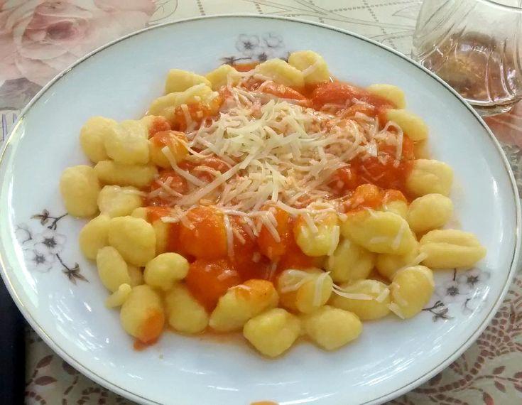 Con auyama puedes preparar ñoquis para tu familia. No le pagues a un bachaquero 3 mil 500 bolívares por un kilo de pasta, hazla en casa. Aquí la receta para 4 porciones Ingredientes: 1 y 1/2kg. de …