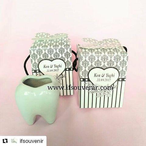 #Repost @ifsouvenir with @repostapp ・・・ 500pcs Tempat Tusuk Gigi Keramik pesanan klient  Souvenir tempat tusuk bentuk gigi ini sangat lucu dan unik Bisa pilih warna Kemasan mika atau paper box Bisa pakai stiker nama  Terimakasih Mbak Mbak Vina atas orderannya  INFO HARGA & ORDER 0812-8314-4981 WA/SMS 0812-8098-2785 LINE :@ifsouvenir (pakai @) #souvenir #souvenirs #souvenirmurah #souvenirunik #souvenirpernikahan #souvenirwedding #pernikahan #jualsouvenir #weddingsouvenir #souvenirulangtahun…