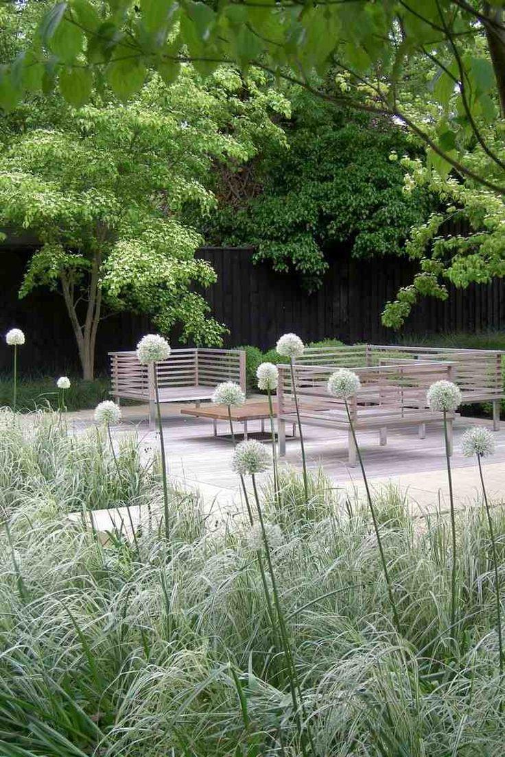 aménagement jardin extérieur, déco nature, végétation sauvage et mobilier en bois massif