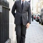 El hombre del traje gris. Color indispensable y prioritario.