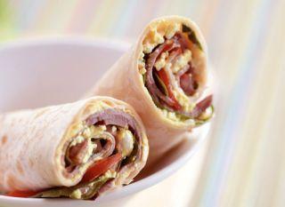 O wrap de rosbife carrega um sabor típico e delicioso. Tome nota da receita!