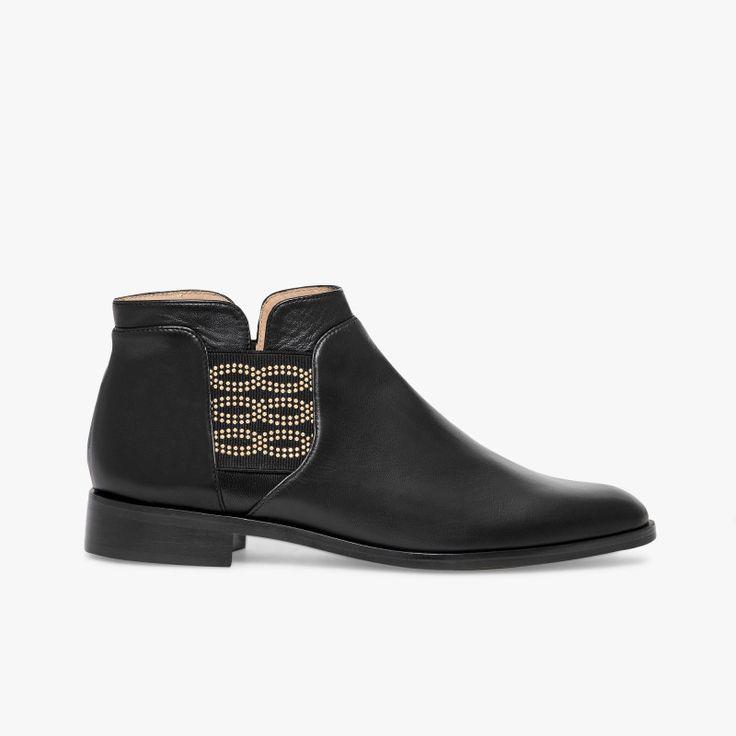 Low-boots noir en cuir lisse Une ligne fine et élégante pour ce low-boots avec son bout amande. Les bandes élastiquées incrustées de strass dorés de chaque côté du pied lui apportent une touche très féminine et facilitent le chaussant. Talon : 2.5 cm. Fabriqué en France.  •#SHOESINMYLIFE On l'associe principalement avec un jean slim. •Prendre votre pointure habituelle.