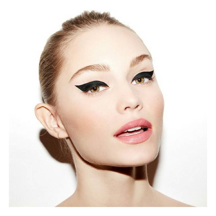 """Makeup Goals || A Doll's night out should always include a cat eye. #prettysmart #cateye #makeupgoals photo via @beautyisboring_"""