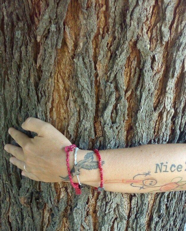 Tre buoni motivi per farlo, abbraccia un albero non solo perchè la silvoterapia è nota da secoli ed è stata riconosciuta come metodo scientifico nel 1927