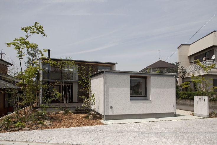 白い壁は火山噴火物で出来た「そとん壁」です! 見た目の美しさのみならず、厳しい環境でも劣化しない耐久性を持ち、退色も無いんです。ナチュラルな木製玄関ドアや、ガルバリウム鋼板との相性も抜群。シンプルでモダン…でもありきたりじゃない外観デザイン。  #木造 #注文住宅#新築#工務店#春日井#外観#名古屋#kisetsu#マイホーム#家#インテリア #照明 #玄関アプローチ #土間#白壁 #設計#建築#外壁#階段 #白い壁 #そとん壁 #自然素材#壁 #玄関アプロ ーチ#植栽 #玄関インテリア#玄関 #暮らし#デザイン設計#ポスト#ガルバリウム鋼板