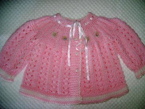 Receita Casaquinho bebe rosa Material: 100 gr. De lã família cor rosa.Agulha para tricô nº 5, fios suzi branco para fazer acabamento.Fita de cetim para o passa-fitas.É começado pela pala: montar 50…
