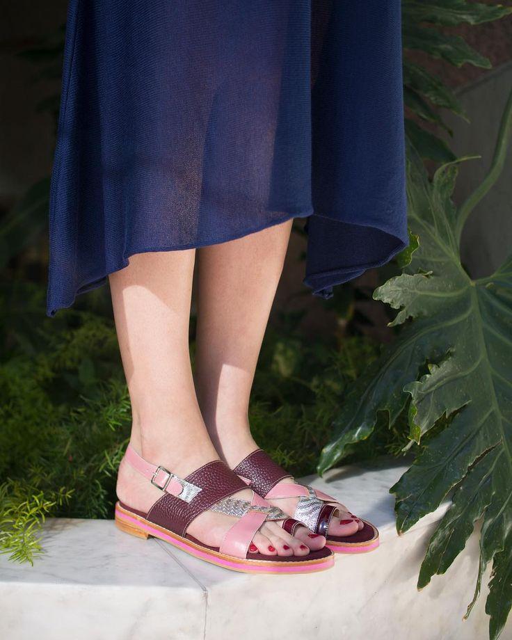 #Oblicuo Sube la temperatura y salimos de estreno con las sandalias #LP. Con taco de 3 cm. cuero grabado charol y cuero metlizado con base de suela. También vienen en versión azul turquesa y cobre.  Conseguilas en el #LPStore Paraguay 782 CABA. Y si sos del interior escribinos para que te las enviemos hasta tu casa.  #PrimaveraVerano #Luzprincipe #Zapatos #chicasLP #LPFans #luzprincipezapatos #collagess18