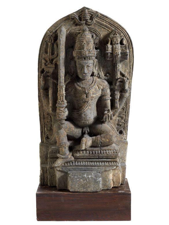 Höhe: 72 cm. Süd-Indien, Hoysala-Dynastie, 12. Jahrhundert. Steinstele des Kriegsgottes Kartikeya in Kalkstein. Hölzener Sockel. (10805815) (15) Kartikeya...